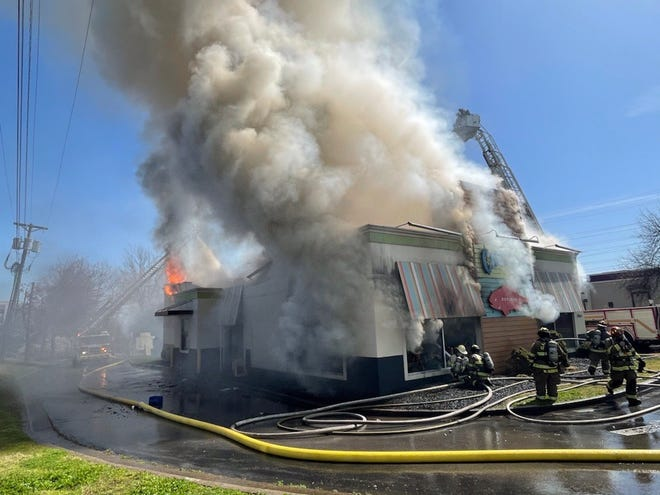 Captain D's on Sunday afternoon suffered a devastating fire, halting traffic in the area. (March 21, 2021)