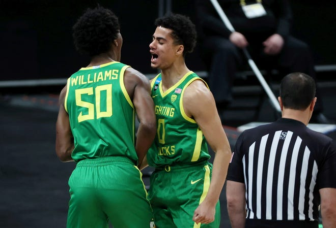 Eric Williams Jr. (50) and Will Richardson are the two returning starters for the Oregon men's basketball team this season.