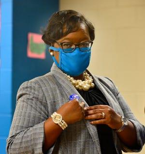 Lekesa Whitner dari Demokrat meluangkan waktu Selasa untuk memperlihatkan stiker pemungutan suara. Dia kalah dari Partai Republik Jessica Coker dalam pemilihan khusus hari Selasa untuk mengisi kursi Distrik 6 yang kosong di Dewan Wilayah Spartanburg.