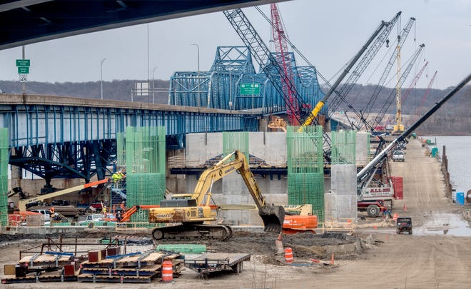 Pekerja membangun dermaga untuk bentang ke timur baru yang sedang dibangun di sebelah Jembatan McClugage pada hari Selasa, 23 Maret 2021 di Peoria. Pekerjaan diharapkan berlangsung hingga sebagian besar tahun 2022.
