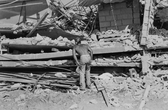 Seorang pekerja memeriksa reruntuhan kondominium Harbour Cay di Cocoa Beach setelah runtuh 27 Maret 1981, menewaskan 11 orang dan melukai 23 lainnya.