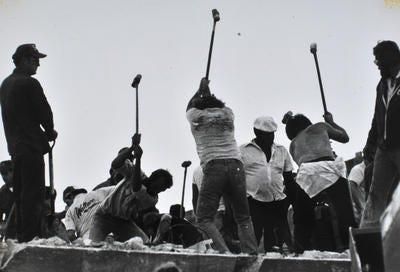 Pekerja dengan palu godam memecahkan beton di atas Kondominium Harbour Cay di Cocoa Beach setelah runtuh 27 Maret 1981 menewaskan 11 orang dan melukai 23 lainnya.