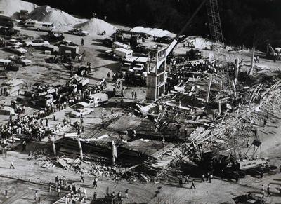 Rongsokan kondominium Harbour Cay di Cocoa Beach setelah runtuh 27 Maret 1981, menewaskan 11 orang dan melukai 23 lainnya.