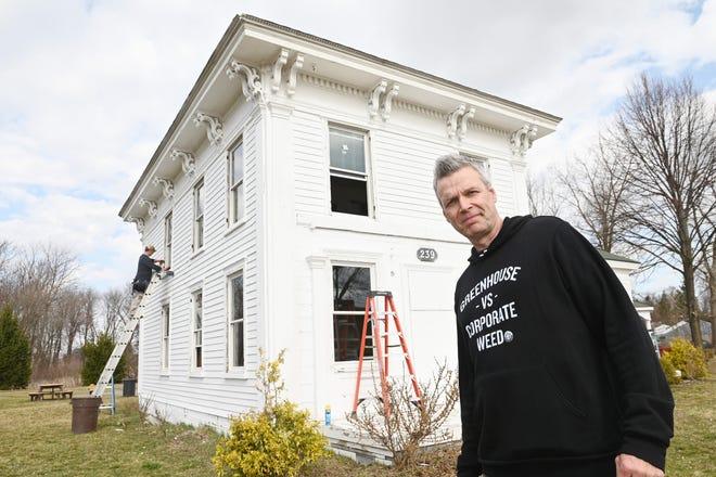 Jerry Millen, 53, pemilik Greenhouse of Walled Lake, menyumbangkan uang untuk membantu biaya jendela baru di rumah pertanian Banks-Dolbeer-Bradley-Foster.
