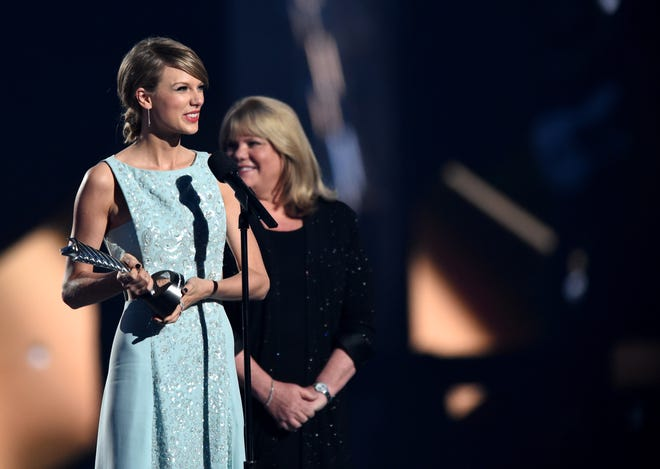 Taylor Swift (L) accepts the 50th Anniversary Milestone Award from Andrea Swift onstage during the 50th Academy Of Country Music Awards on April 19, 2015 in Arlington, Texas.