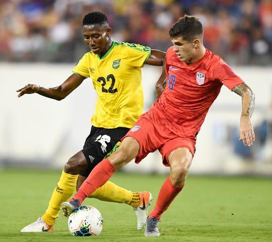 El mediocampista estadounidense Christian Pulisic se enfrenta al jamaicano Devon Williams en la semifinal de la Copa Oro de la Concacaf 2019. Pulisic regresa a la USMNT luego de perderse la ronda final de amistosos debido a una lesión.