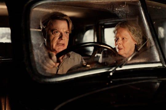"""Eddie Izzard (con Judi Dench) interpreta a un nuevo maestro en una escuela que acababa de terminar llena de hijas del alto mando nazi en este thriller de espías. """"Seis minutos para la medianoche."""""""