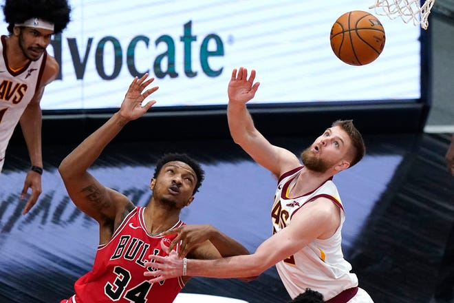 Chicago Bulls center Wendell Carter Jr., left, and Cleveland Cavaliers forward Dean Wade battle for a rebound during the second half of an NBA basketball game in Chicago, Wednesday, March 24, 2021. [Nam Y. Huh/Associated Press]