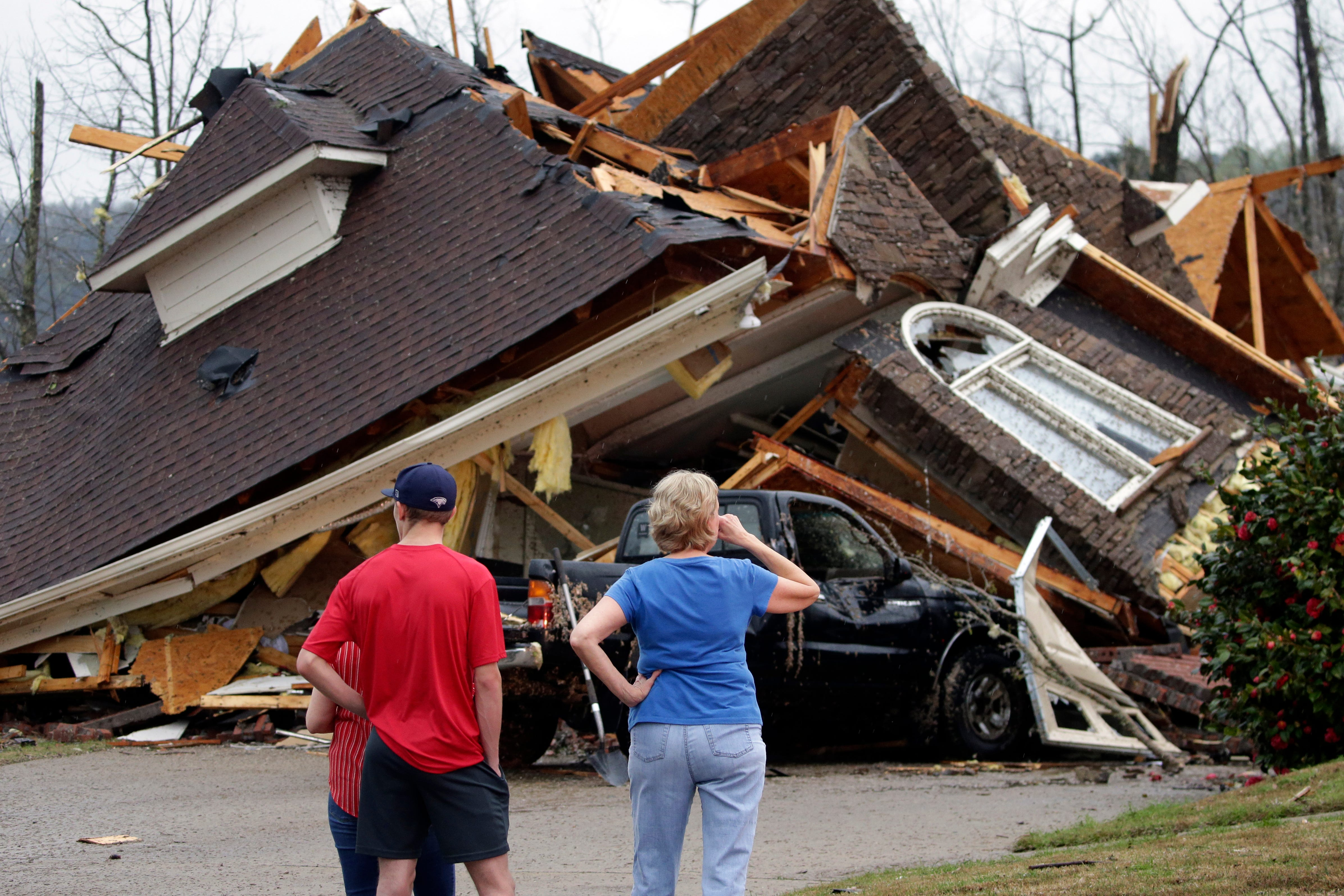 Tornado flattens homes in Alabama, knocks out power in South 1