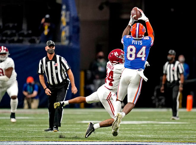 Florida Gators tight end Kyle Pitts (84) catches the ball against Alabama Crimson Tide defensive back Brian Branch (14).