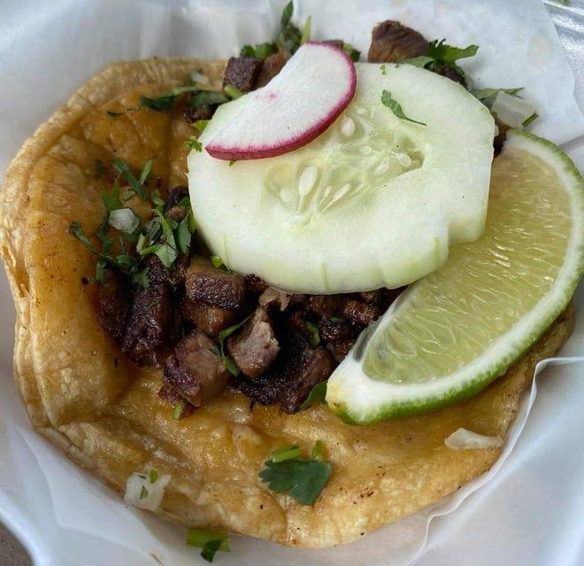 El tráiler de comida Tacveria La Bendisian en Lincoln Way E en Perry Township tiene una reputación estelar por la auténtica cocina mexicana, que incluye lengua de res con una variedad de opciones de carne, incluidos tacos callejeros.