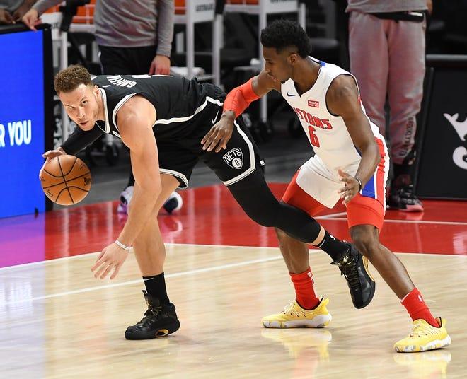 Blake Griffin Nets mencari ruang di sekitar Pistons'Hamidou Diallo di kuarter kedua.