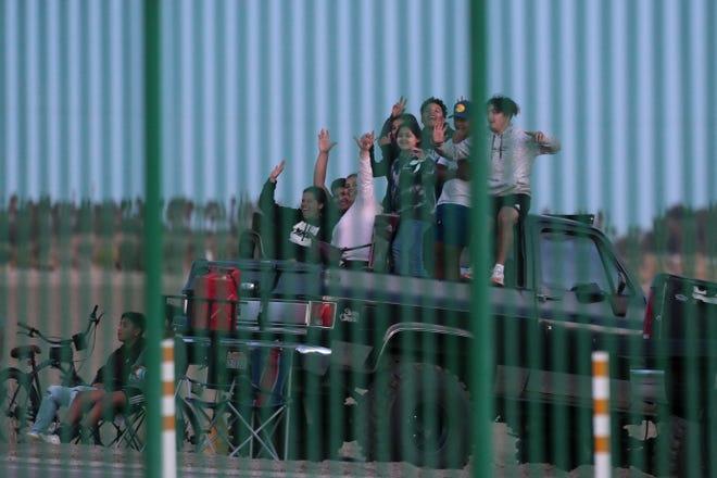 في يوم الجمعة ، 26 مارس 2021 ، في ثيرمال ، كاليفورنيا ، شاهد المشجعون لعبة Twentine Palms وهي تلعب في مدرسة Coachella Valley High School لكرة القدم.  نظرًا للاحتياطات الأمنية لـ COVID-19 ، يُمنع المشجعون من دخول الملعب.