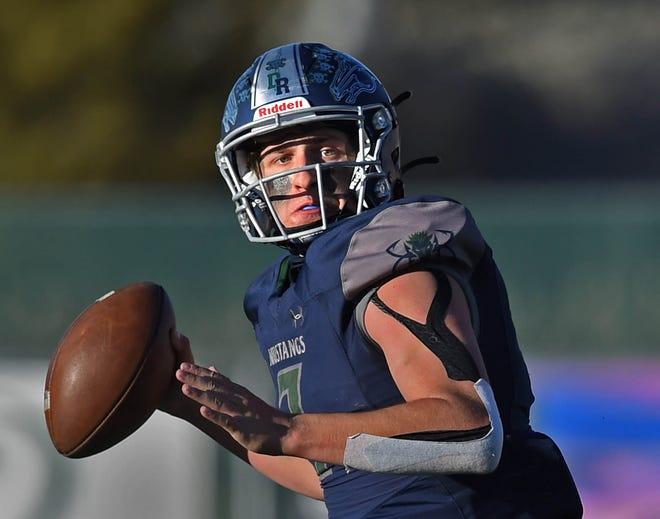 El mediocampista de Damonte Ethan Colbin está buscando pasar el balón contra el obispo Manogue durante el juego del viernes en Damonte Ranch High School el 26 de marzo de 2021.