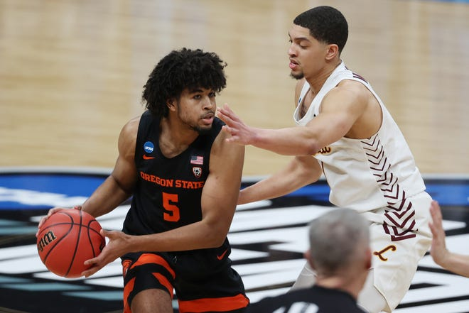Oregon State guard Ethan Thompson controlled the ball against Loyola-Chicago guard Lucas Williamson.