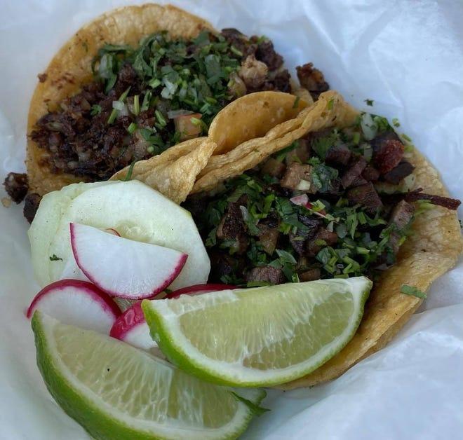 Los tacos callejeros cuestan cada 3 para una variedad de opciones de carne, desde carnicería asada y cerdo hasta lengua de res.  Los tacos son un elemento básico en el menú del camión de comida Tacveria La Bendisian en Perry Township.