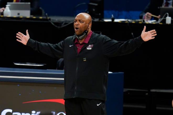 Pelatih kepala negara bagian Florida Leonard Hamilton mempertanyakan panggilan selama babak pertama.