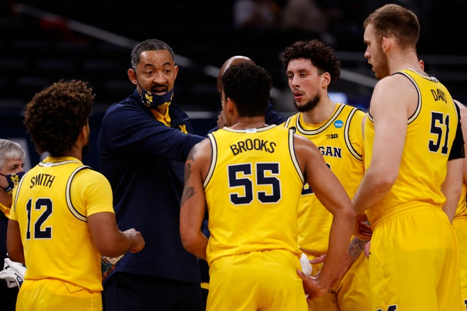 Michigan coach Juwan Howard speaks with the Wolverines during a timeout in the second half of their Sweet Sixteen round game against the Florida State Seminoles in the 2021 NCAA Men's Basketball Tournament at Bankers Life Fieldhouse on March 28, 2021 in Indianapolis.