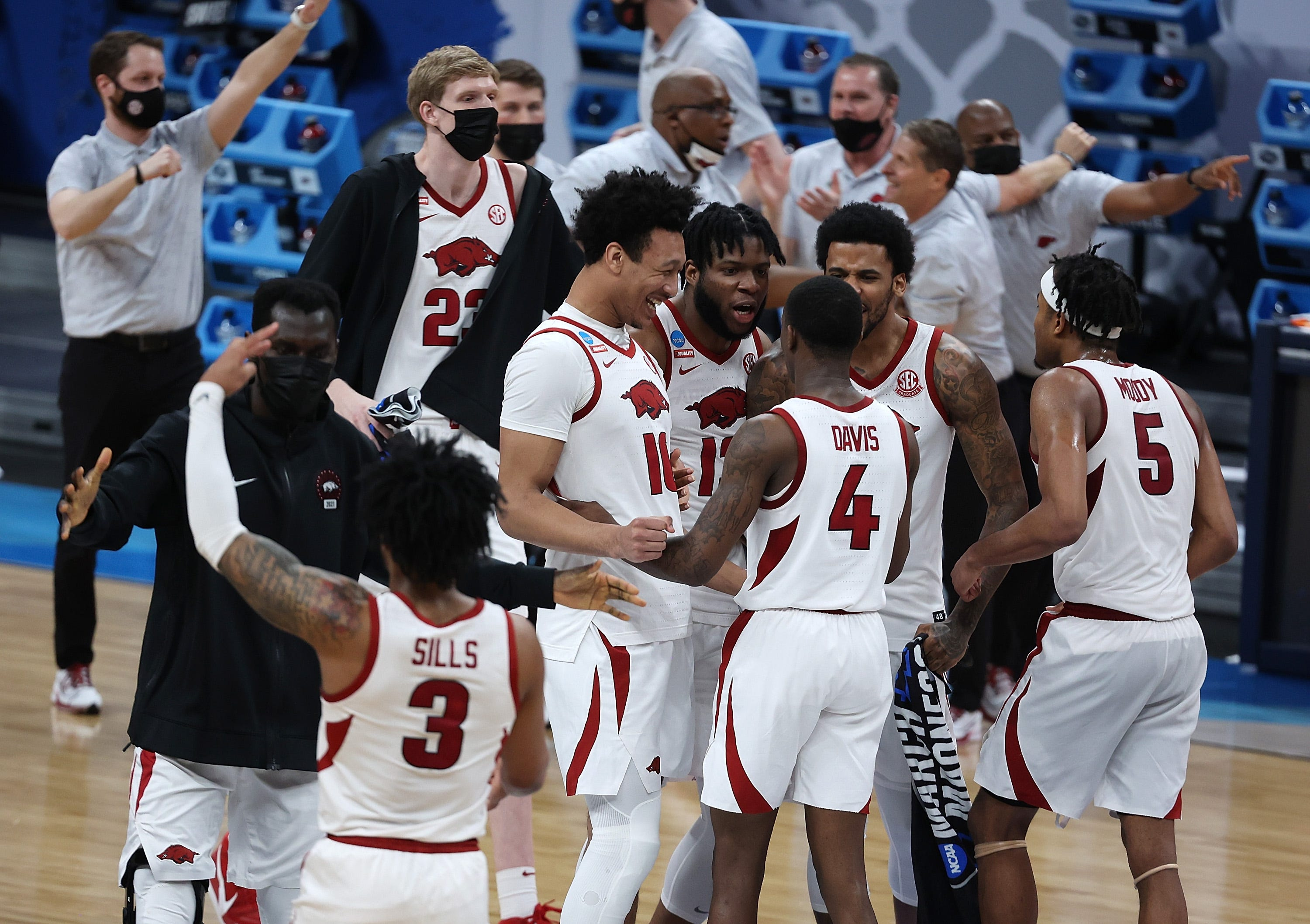 Arkansas storms back to evade historic upset bid from Oral Roberts, reach men s Elite Eight