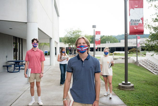 Students with masks at Roane State Community College.