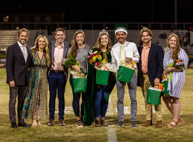 OBU President Dr. Heath A. Thomas (far left) and first lady Jill Thomas assisted with crowning the 2021 Harvest Court. The winners, left to right, include: Noah Graves, Most Servant-Like Male; Brooke Mitchell, Most Servant-Like Female; Caitlyn Swanson, Harvest Queen; Gavin Yoesting, Harvest King; Joel Tetmeyer, Best All-Around Male; and Julia Jolly, Best All-Around Female. OBU photo by Heather Hamilton