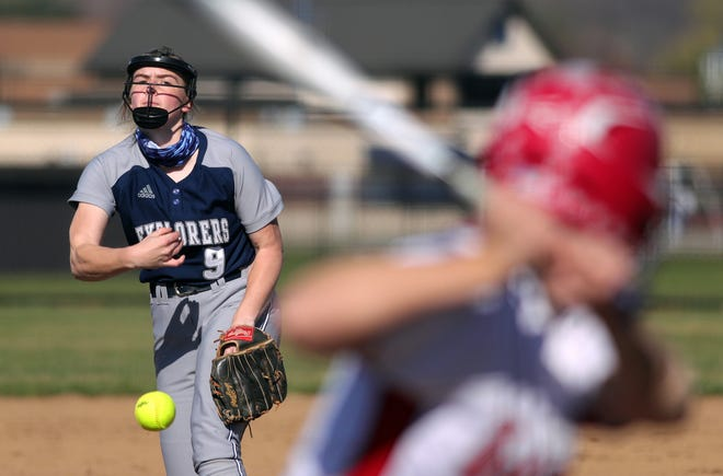 Hudson starting pitcher Maddie Roukey delivers a pitch to a Wadsworth batter during the first inning of a softball game Monday in Hudson. [Jeff Lange/Beacon Journal]