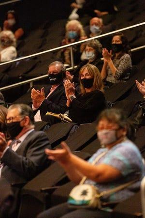 Члени маскуваної аудиторії аплодують на концерті у філармонії міста Оклахома-Сіті.