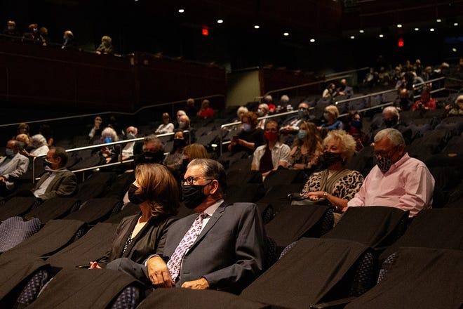 Члени маскуваної аудиторії відвідують нещодавній концерт в Оклахомі-Сіті.