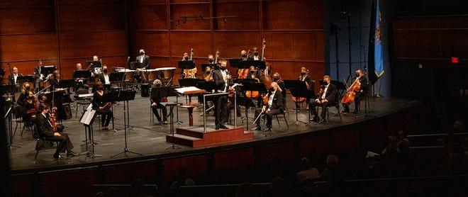 Виступає філармонічний оркестр Оклахоми-Сіті.