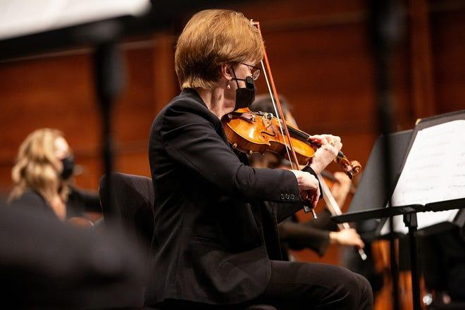 Виступає Філармонія Оклахома-Сіті, скрипаль Дебора Макдональд.