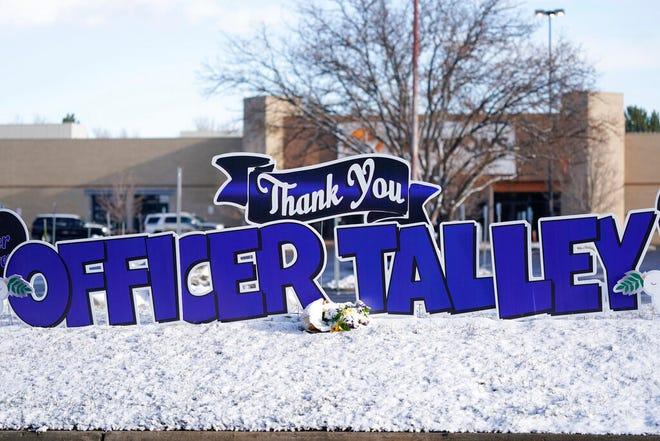 Sebuah tanda berdiri di luar Gereja Komunitas Flatirons sebelum upacara peringatan untuk Boulder yang jatuh, Colorado, petugas Departemen Kepolisian Eric Talley.