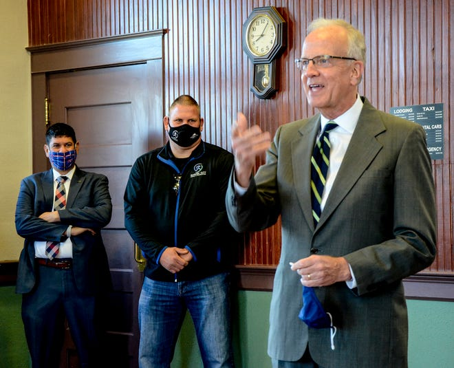 U.S. Sen. Jerry Moran (R-Kansas) made a stop in Garden City on Wednesday to talk with local officials. Moran made stops at the Garden City Train Depot and Garden City Regional Airport.