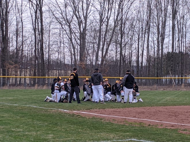 Garfield huddles after moving to 3-0 Wednesday.