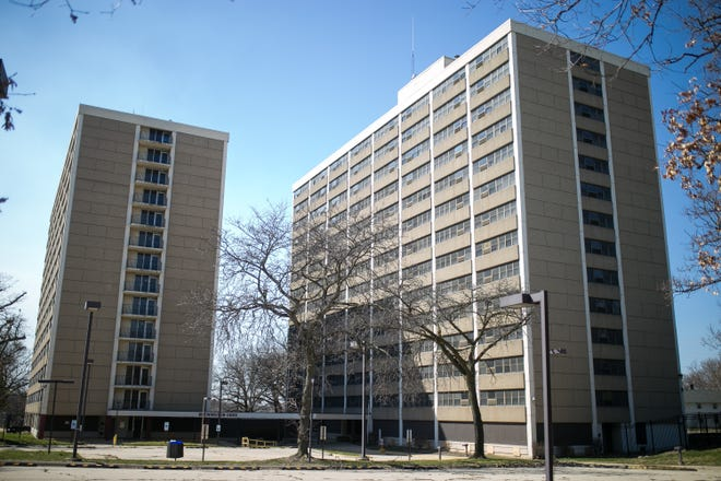 he Rockford Housing Authority board voted unanimously Thursday to demolish the vacant Brewington Oaks public housing towers on the city's southeast side.