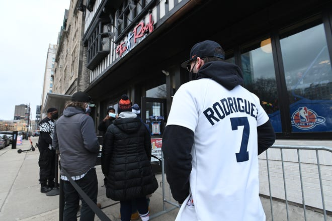 Nate Winnie dari Detroit mengenakan jersey Pudge Rodriguez saat dia dan yang lainnya menunggu untuk memasuki Tin Roof dekat Comerica Park pada Hari Pembukaan saat Detroit Tigers menjamu Cleveland Indians, Kamis, 1 April 2021.