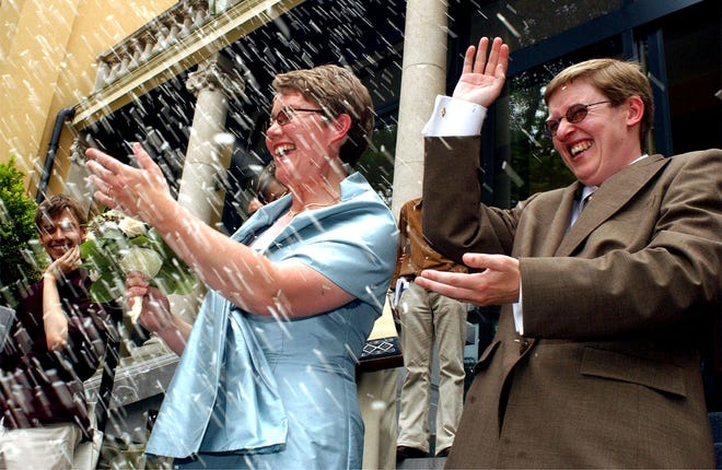 Warga Belgia Marion Huibrechts, kanan, dan Christel Verswyvelen meninggalkan balai kota Kappelen, Belgia utara, Jumat, 6 Juni 2003.