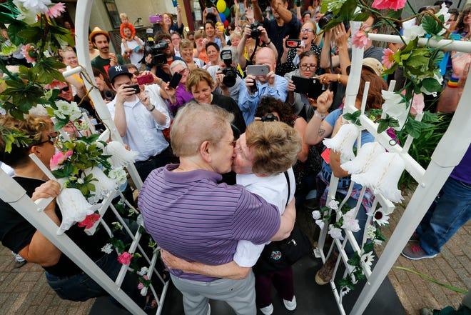 Ann Sorrell, 78, kiri, dan Marge Eide, 77, dari Ann Arbor, pasangan selama 43 tahun, berpelukan setelah bertukar sumpah di Ann Arbor, Mich., Menyusul keputusan Mahkamah Agung AS yang membatalkan larangan pernikahan sesama jenis nasional Jumat, 26 Juni 2015.