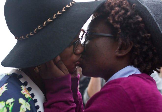 Tori Sisson, kiri, dan Shante Wolfe berciuman setelah mengucapkan sumpah pernikahan mereka, di Montgomery, Ala., 9 Februari 2015.