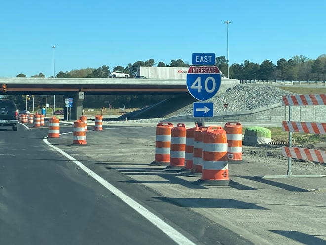 A sign points north-bound drivers on Highland Avenue onto Interstate 40-East.