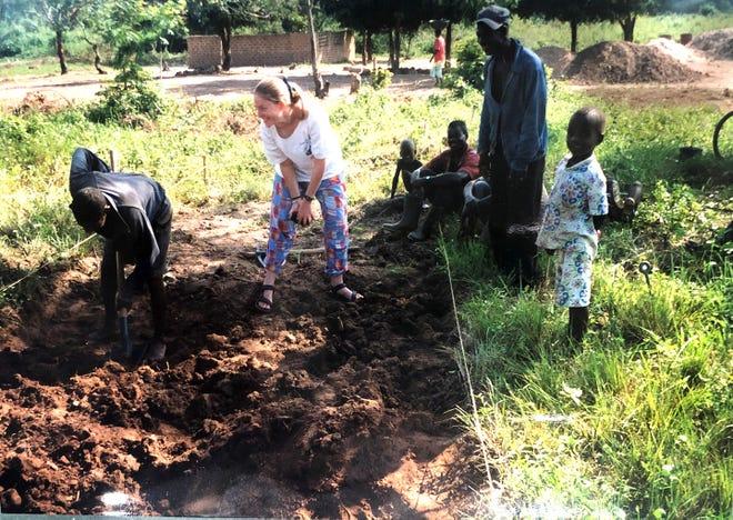 Como trabajadora de extensión de educación para la salud rural, la función de Julia Sullivan era abordar los problemas y preocupaciones básicos de salud pública en las zonas rurales de África.  Se muestra con miembros de la comunidad en Côte d'Ivoire, África Occidental.