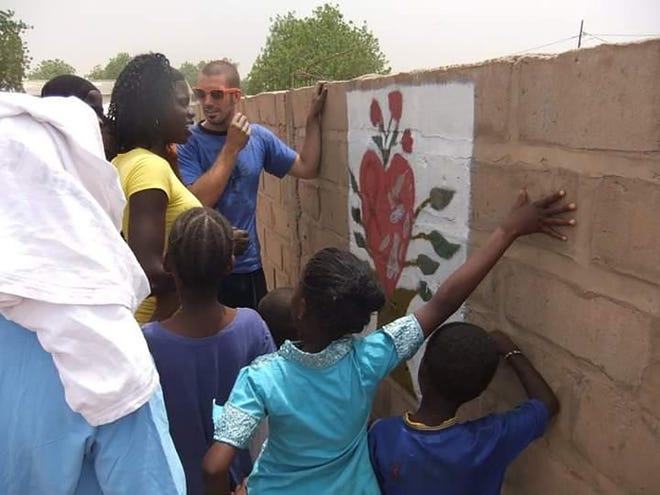 Spence Riggs en Senegal, África Occidental, durante su misión voluntaria del Cuerpo de Paz.  Fue el trabajo más difícil que jamás amará, dijo.