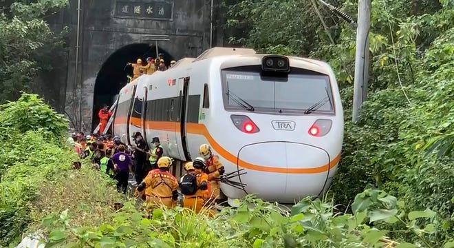 Dalam foto yang dirilis oleh Eksekutif Yuan, petugas penyelamat berkumpul di dekat salah satu ujung kereta yang terlibat dalam penggelinciran di dekat daerah Taroko Gorge di Hualien, Taiwan pada hari Jumat.