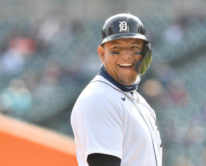 Pemukul Tigers yang ditunjuk Miguel Cabrera di base ketiga menertawakan beberapa fans selama perubahan lemparan di inning ketujuh.