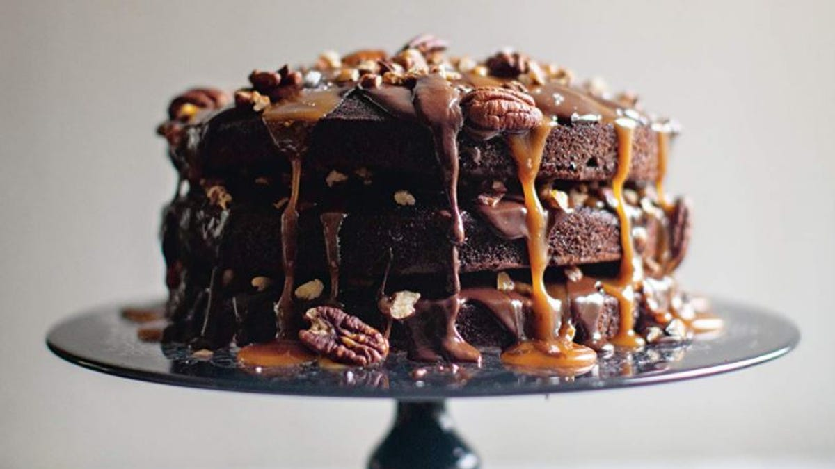 How to make a turtle cake with chocolate, pecans and caramel