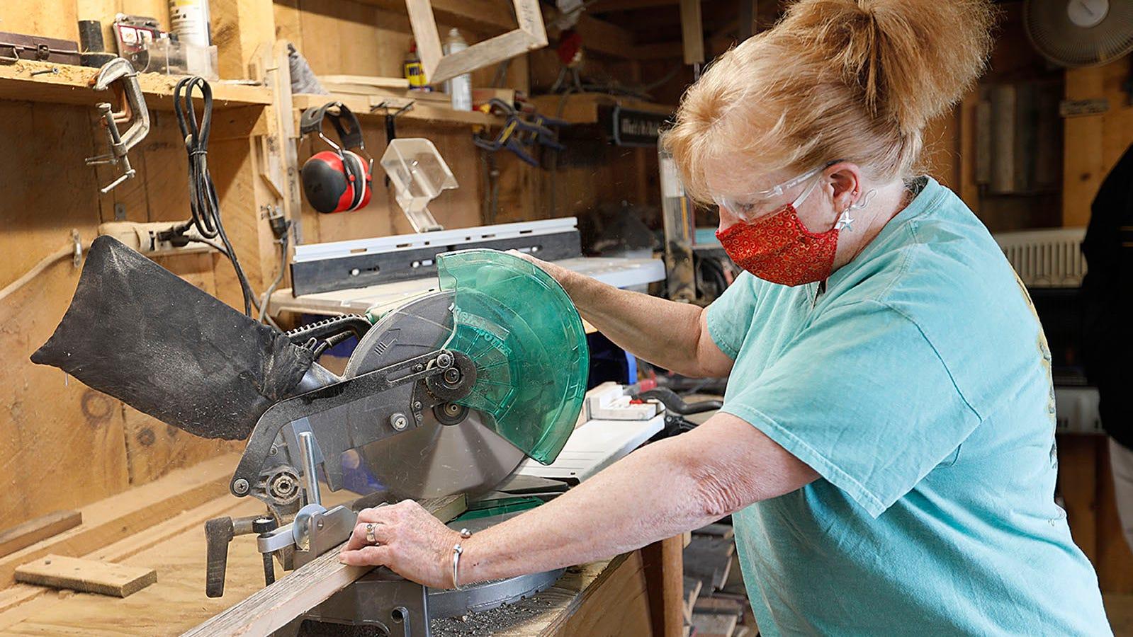 Lisa Julian taglia il legno riciclato per i suoi pneumatici Beach Creations.