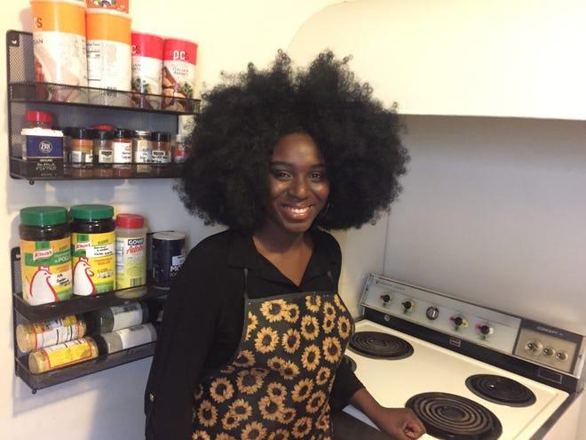 Harmony Edosomwan de Harmony's Kitchen se encuentra en la cocina de su apartamento de Burlington el 1 de abril de 2021.