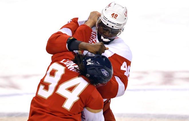 Givani Smith (42) dari Red Wings berkelahi dengan Ryan Lomberg dari Panthers (94) selama pertandingan pekan lalu.