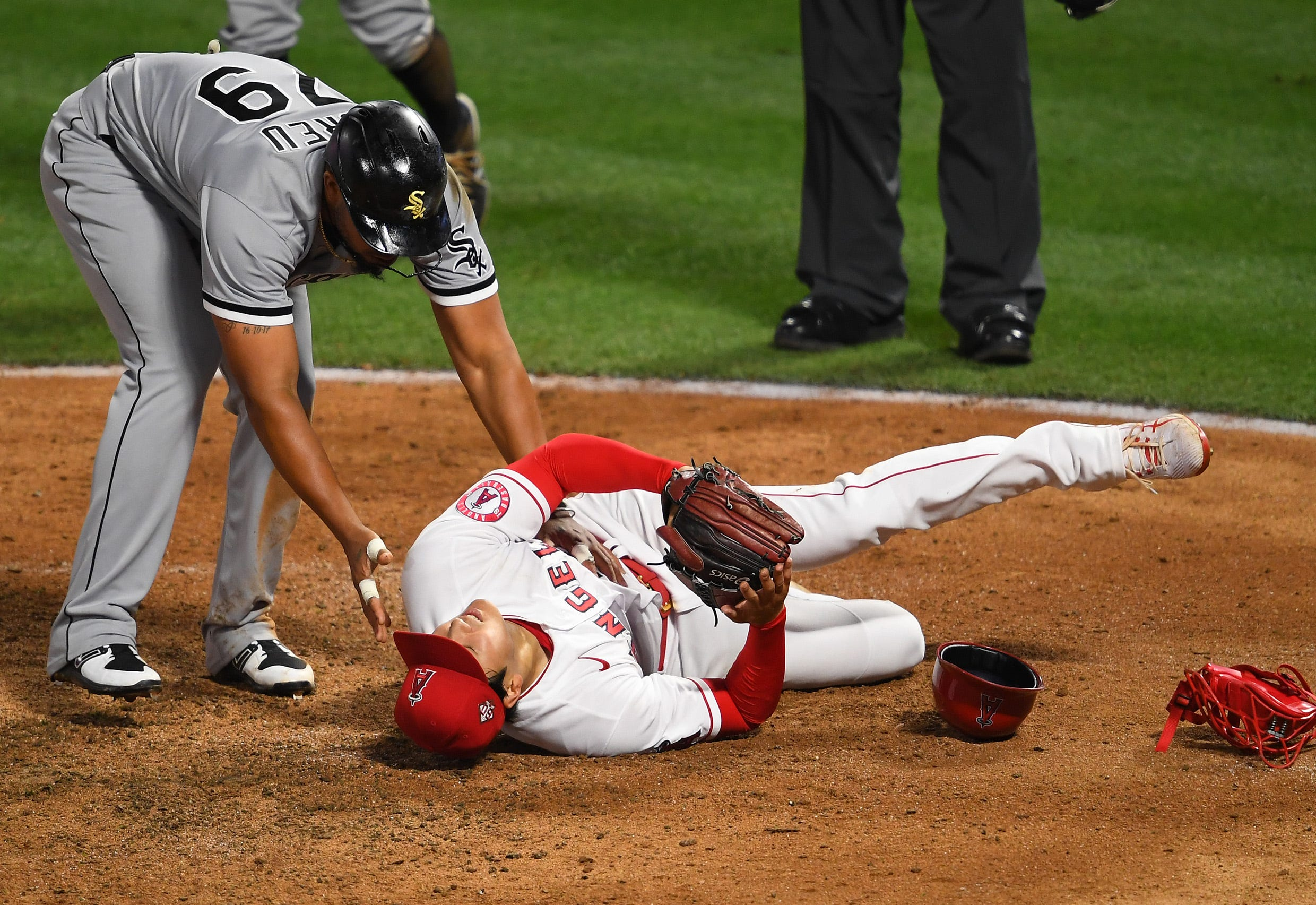 Shohei Ohtani hits home run in historic start, but leaves game vs. White Sox after painful fifth inning