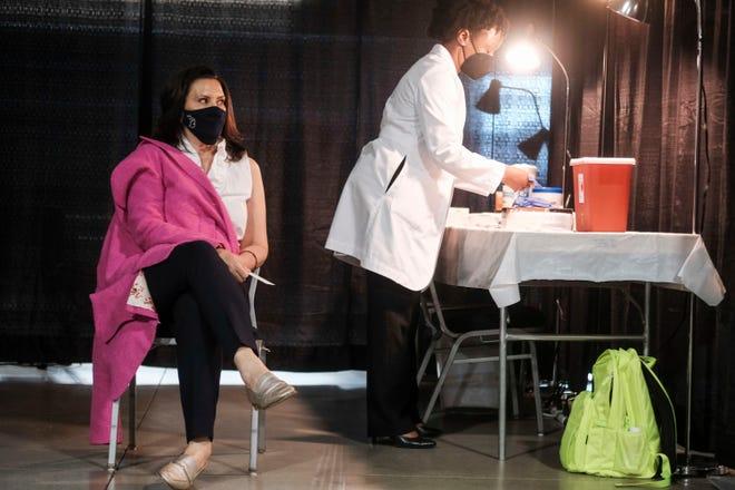 Gubernur Michigan Gretchen Whitmer bersiap untuk menerima dosis vaksin Pfizer COVID-19 di Ford Field pada 6 April 2021 di Detroit selama acara untuk mempromosikan dan mendorong penduduk Michigan untuk divaksinasi.