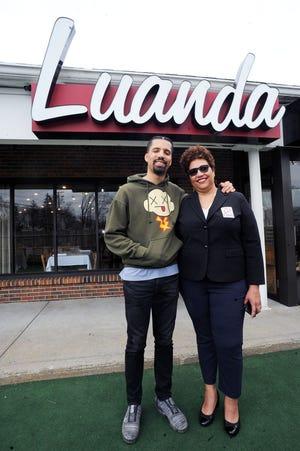 Jason Concalves e sua mãe Amelia Concalves, co-gerentes gerais do Luanda Restaurant & Lounge na 453 Center Street, Procton, quarta-feira, 7 de abril de 2021.